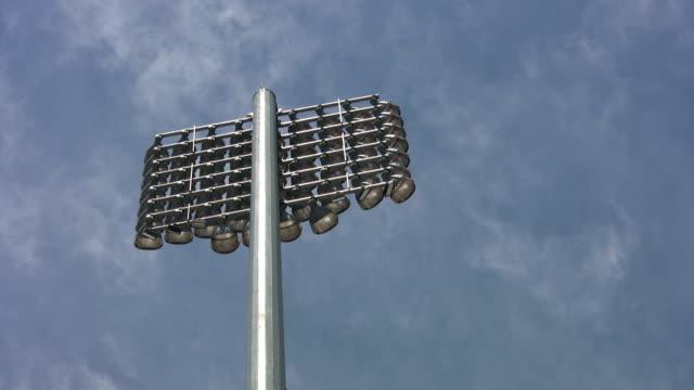 vidéos et rushes de stade feux de signalisation. timelapse nuages. - ligue sportive