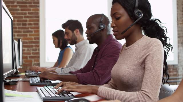 vídeos y material grabado en eventos de stock de personal del departamento de servicio al cliente de escritorio disparos a r3d - centro de llamadas