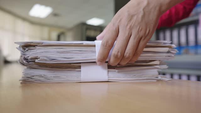 mitarbeiter geben büro- und dokumentendateien in einem schrank aus - viele gegenstände stock-videos und b-roll-filmmaterial