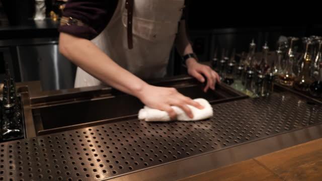 restoranda personel temizlik bar sayacı - ev temizleme stok videoları ve detay görüntü çekimi