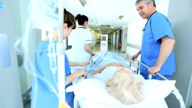 El personal de atención médica paciente ocupado instalación lenta - vídeo