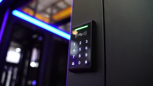 スタッフは、指のスキャンで電子制御機を押し下げて、またはデータセンターのドアにアクセスします。データ セキュリティまたはデータ アクセス制御の概念。 - 安全点の映像素材/bロール
