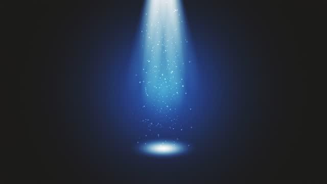 vídeos de stock, filmes e b-roll de luz do palco brilhando no estúdio. grandes holofotes iluminam a cena do céu. raios de luzes no palco com brilhos brilhantes. todas as luzes se reúnem em um ponto. os conceitos de artes cênicas, festa do clube, iluminação, evento, celebração, ovni,  - holograma