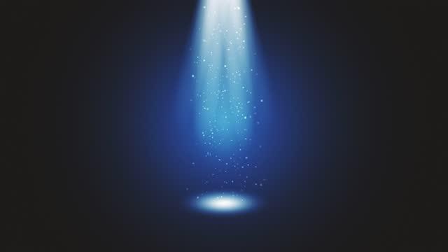 scenljus som skiner i studion. stor spotlight belyser scenen från himlen. ljusstrålar på scenen med glödande gnistrar. alla ljus samlas på en punkt. begreppen prestanda konst, klubbfest, belysning, händelse, fest, ufo, teleportering - tema bildbanksvideor och videomaterial från bakom kulisserna