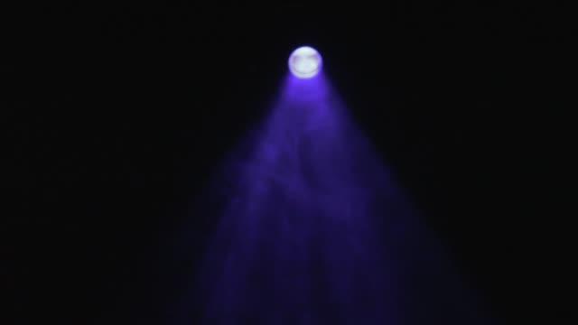 vidéos et rushes de lumières de scène. bleu. lumières lumineuses de scène clignotantes. stock. lumière bleue abstraite de tache avec la fumée - lieu sportif