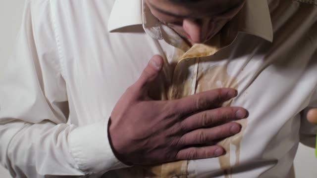 こぼれたコーヒーのシャツの汚れ - 不吉点の映像素材/bロール