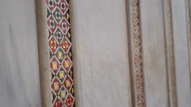 シチリア島パレルモの大聖堂の白い壁のステンド グラス デザイン - モンレアーレ点の映像素材/bロール