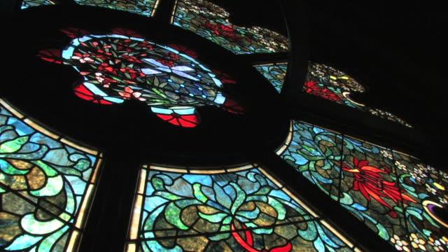 stained glass window in hd - katedral stok videoları ve detay görüntü çekimi