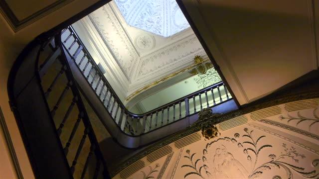 vídeos de stock e filmes b-roll de escadas de manor casa - mansão imponente