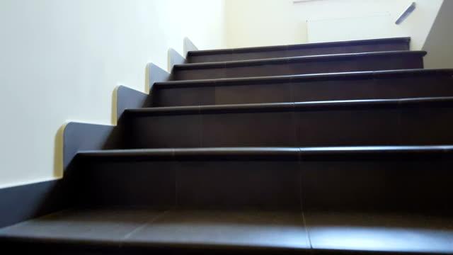 trappor i kontorsbyggnad, hund pov, evakuering, arkitektur, nödutgång - trappa bildbanksvideor och videomaterial från bakom kulisserna