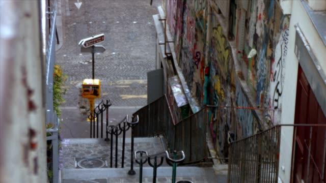ステアズ殉教者パリの通り - street graffiti点の映像素材/bロール