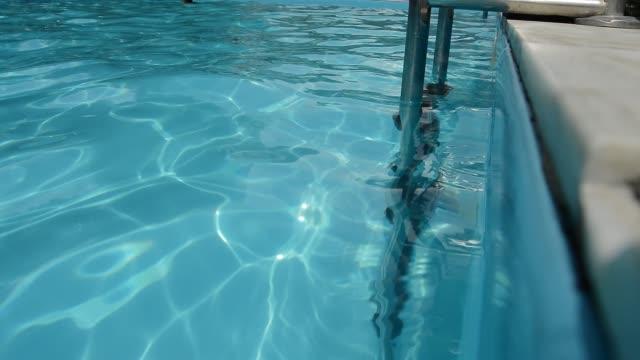 trappor till poolen, reflektion i vattnet, blått klart genomskinligt vatten, rippel textur, - lucia bildbanksvideor och videomaterial från bakom kulisserna