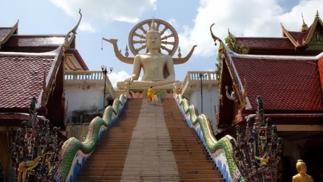 サムイ島,タイ - 2020年2月26日:タイ・サムイ島にあるワットプラヤイ寺院、大きな黄金仏像への階段 - サムイ島点の映像素材/bロール