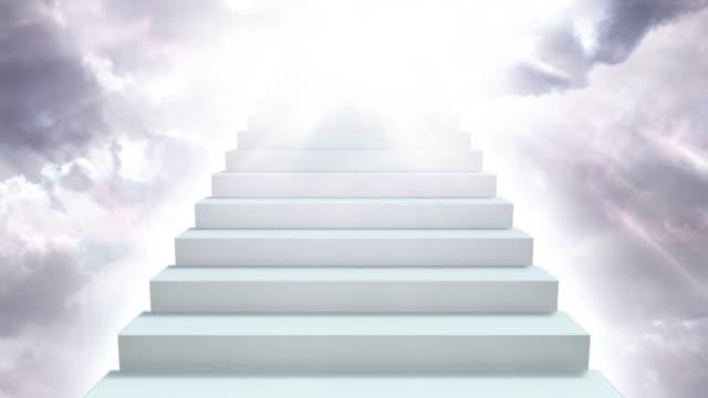 trappa till himlen i molnig himmel med solljus strålar skiner ner - 4k seamless loop motion bakgrund animation - himlen bildbanksvideor och videomaterial från bakom kulisserna