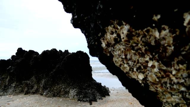 vidéos et rushes de curseur de stalactites de stalactite abattu. - spéléologie