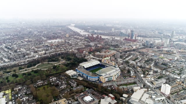 vídeos de stock e filmes b-roll de stamford bridge home stadium of chelsea football club aerial view 4k - estádio