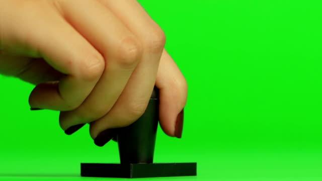 스탬프. 닫습니다. 녹색 화면 - stamp 스톡 비디오 및 b-롤 화면