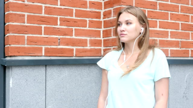 standing and listening music via headphone - coinvolgimento dei dipendenti video stock e b–roll