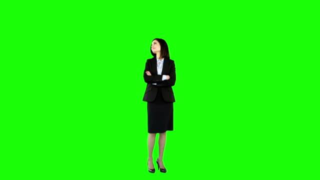 Donna d'affari con le braccia incrociate in piedi - video