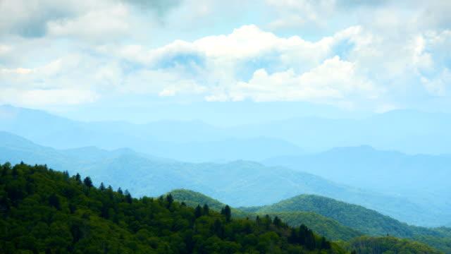 in piedi in cima a una montagna a guardare le nuvole muoversi - monti appalachi video stock e b–roll