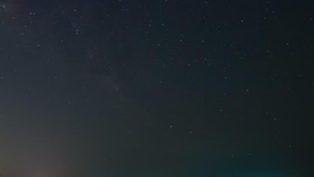 vídeos y material grabado en eventos de stock de movimiento de la estrella y la forma lechosa en el cielo nocturno oscuro con el aspecto del grano de ruido - espacio y astronomía