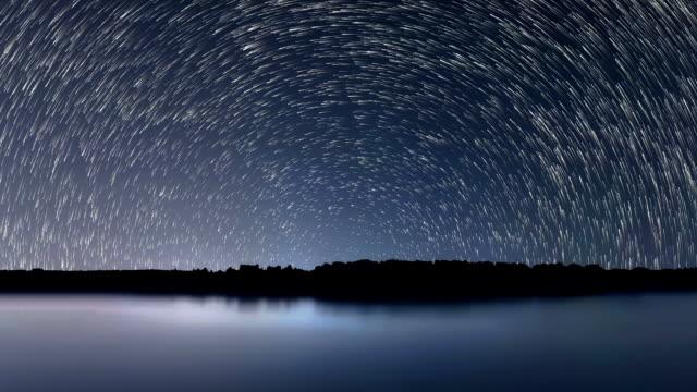 vídeos y material grabado en eventos de stock de senderos de estrellas, hermoso azul noche reflejo - estrella del norte