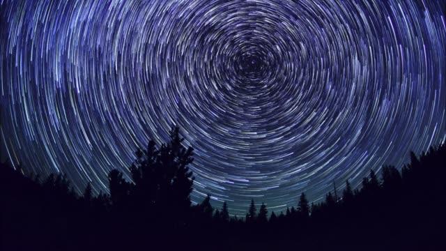vídeos y material grabado en eventos de stock de star trails en ciernes, al revés - estrella del norte