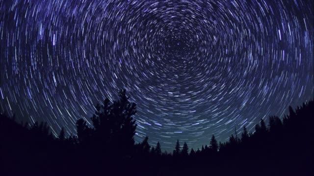 vídeos y material grabado en eventos de stock de star trails en ciernes - estrella del norte