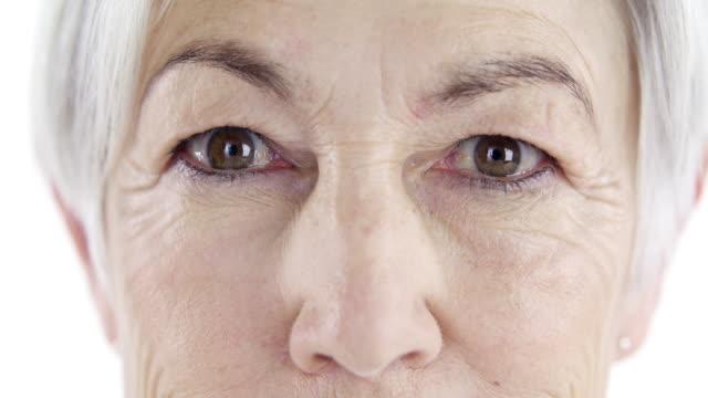 vidéos et rushes de stare vie droit dans les yeux - peau humaine