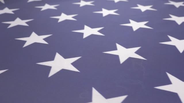 starful american flag fabric close-up dolly shoot 4k 2160p ultrahd footage - united states  of america national flag slow moving dolly 4k 3840x2160 30fps uhd video - kształt gwiazdy filmów i materiałów b-roll