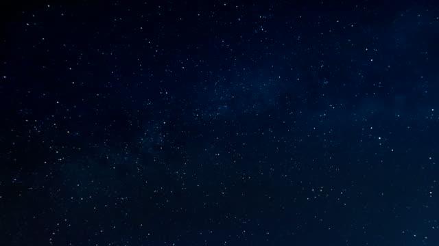 notte stellata e via lattea - cielo stellato video stock e b–roll