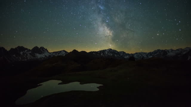vídeos de stock, filmes e b-roll de starry night - alpes europeus