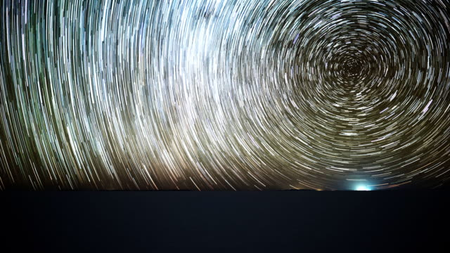 sternenhimmel zeitraffer über die salz wohnung des salar de uyuni - hochplateau stock-videos und b-roll-filmmaterial