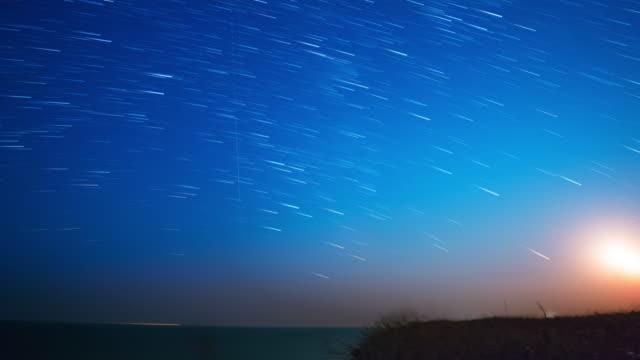 sterne und mond über dem meer. zeitraffer uhd - weltraum und astronomie stock-videos und b-roll-filmmaterial