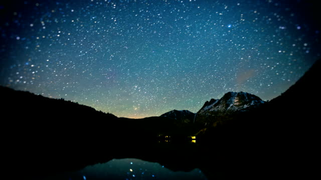 lago cielo di stelle di notte, time-lapse - astronomia video stock e b–roll