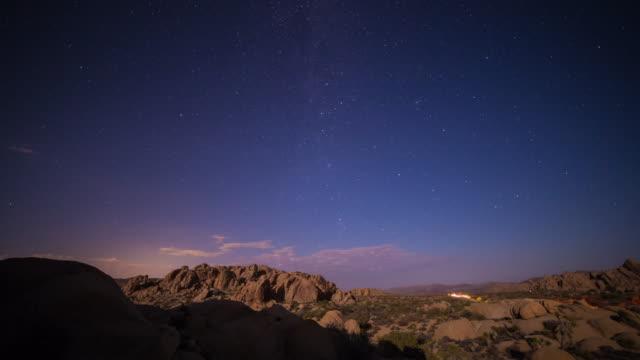 ジョシュア ツリー国立公園、カリフォルニア州月の入りにつ星の評価を微速度撮影 - ジョシュアツリー国立公園点の映像素材/bロール