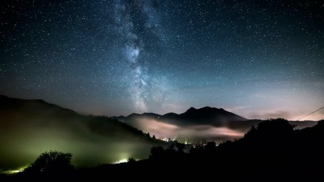 sterne mit milchstraße über berge über nebliges tal im zeitraffer sternenhimmel nacht bewegt - slowakei stock-videos und b-roll-filmmaterial