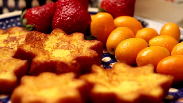 hd inclinazione in alto: a forma di stella pandoro fette, frutta e natale decorazioni - panettone video stock e b–roll