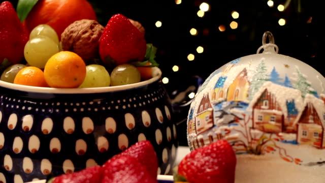 hd inclinazione verso il basso: a forma di stella pandoro fette, frutta e natale decorazioni - panettone video stock e b–roll