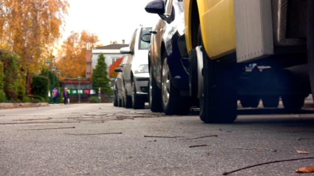 hd: inizio di un piccolo camion - anidride carbonica video stock e b–roll