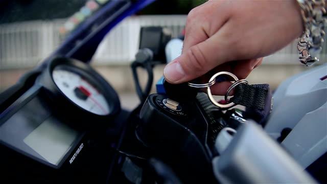 avviare il motore su una motocicletta - guanto indumento sportivo protettivo video stock e b–roll