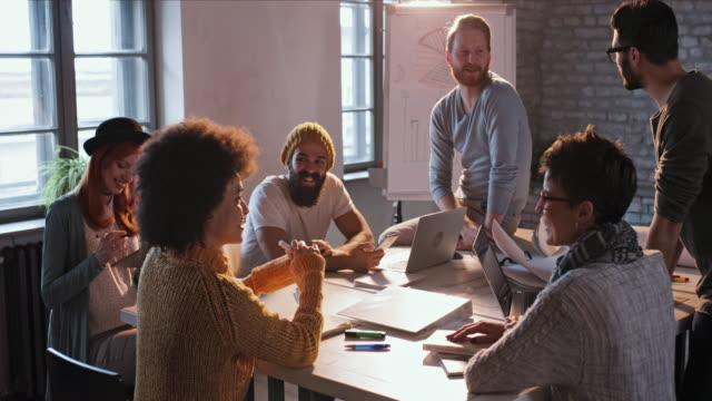 vídeos de stock, filmes e b-roll de começa a equipa se comunicam em uma reunião no escritório casual. - nova empresa