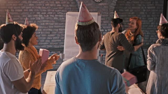 Démarrage d'équipe surprenant leur collègue pour son anniversaire au bureau. - Vidéo