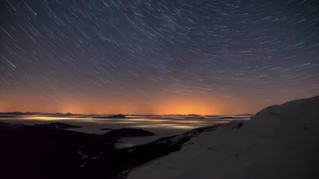 vídeos y material grabado en eventos de stock de startrails en las montañas - estrella del norte