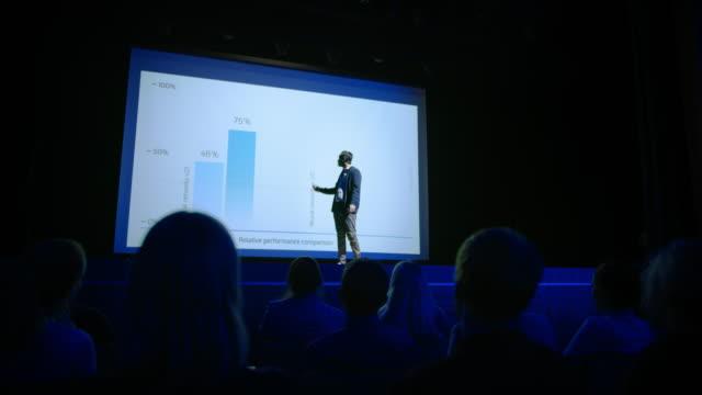 startup conference stage: speaker präsentiert neues produkt, vorträge über performance, neuronale netzwerke, künstliche intelligenz, big data und machine learning. live-event mit großem publikum - zuschauerraum stock-videos und b-roll-filmmaterial