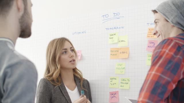 4 k: start-up team. - to do list video stock e b–roll