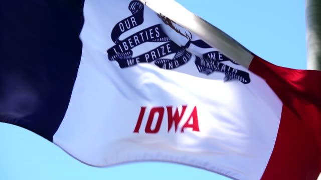 vídeos de stock, filmes e b-roll de estado de bandeira de iowa balançando na brisa - 4k/uhd - flag