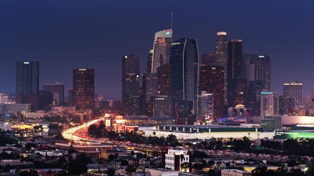 110の静的な空中飛行ロサンゼルスのダウンタウンの夕暮れ時のカール - 州間高速道路点の映像素材/bロール