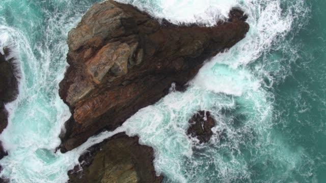 vídeos de stock e filmes b-roll de static aerial of rough sea in big sur, california - big sur