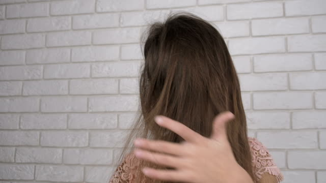 static electricity on the hair. - spettinato video stock e b–roll